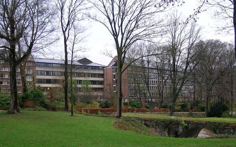 La Faculté de droit vue du parc Louise-Marie en 2005