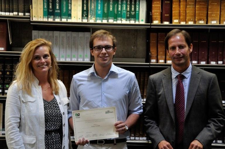 La présidente de l'ADANam et le doyen de la faculté remettent le prix de l'ambassadeur de promotion à Yves Ballez en 2014