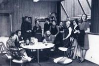 La cafétéria de la faculté en 1976 - de g à dr : (assis) Christiane Danse-Dewez, Albert Maes, Paulin Duchesne - (debout) Xavier Dijon, Jacques Regnier, François-Xavier de Dorlodot, Monique Bouffioulx, Béatrice Haubert, Catherine Debuyser-Henry, Jacqueline Spineux-Gadisseur, Christine Laurent-Claeys