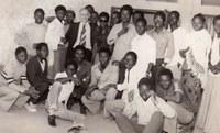 Etienne Cerexhe au milieu d'un groupe d'étudiants de Ouagadougou